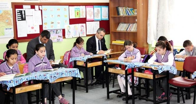 Kaymakam her sabah bir okulda öğrenciler ile kitap okuyor