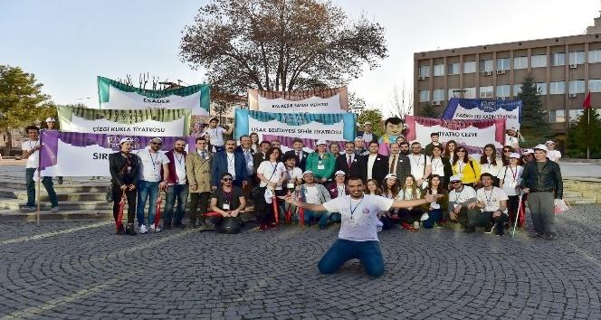 Uşak Belediyesi Şehir Tiyatrosu İzmirde sahne alıyor