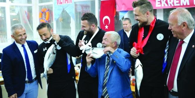 Şampiyonluk kutlamasında futbolculara balıktan madalya taktı