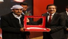 Başkan Atilladan şehit babasına Türk bayrağı