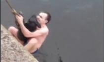 Köpeği sudan böyle kurtardı