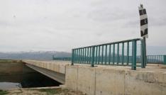(Özel Haber) Köprünün tonlarca ağırlıktaki korkuluk demirlerini keserek çaldılar
