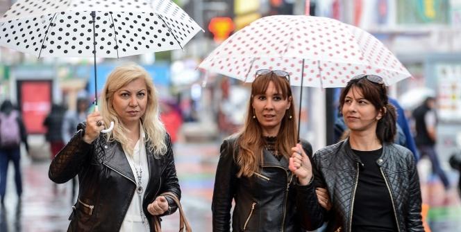 Baharı bekleyen İstanbul'dan yağmur manzaraları
