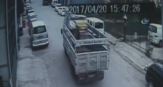 Freni boşalan kamyonet park halindeki araçlara çarptı