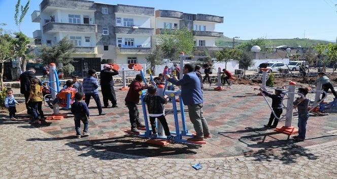 Cizreli çocuklar belediye tarafından yapılan oyun alanında doyasıya eğleniyor