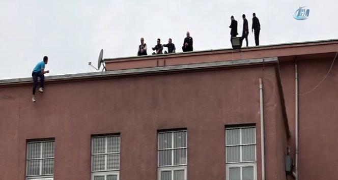 İntihar etmek için hastane çatısına çıkan genci polis ve hastane çalışanları ikna etti
