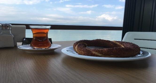 Körfez manzarasında çay-simit 1 Lira