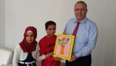Görme engelli öğrenciler Kaymakam Dursuna resim hediye etti