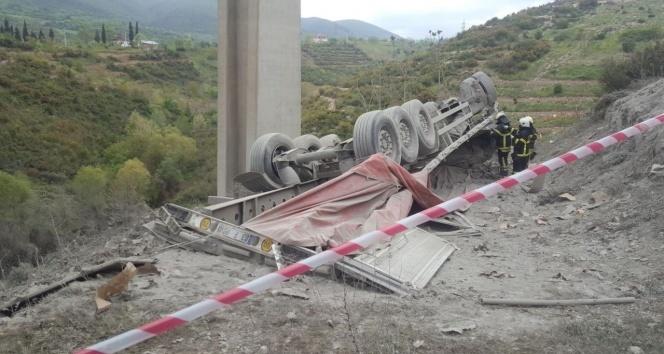 Çimento yüklü tır viyadükten uçtu: 1 ölü