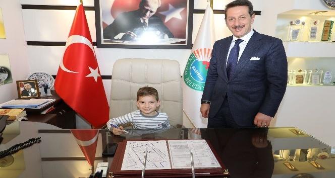 Başkan Tok, koltuğunu Minik Çınar'a devretti