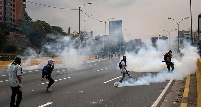 Venezuelada iktidar ve muhalefet sokaklarda: 7 ölü