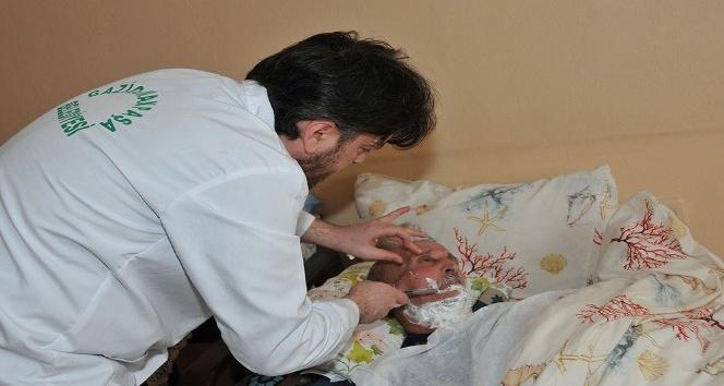 Kimsesiz yaşlılara evde temizlik ve berber hizmeti