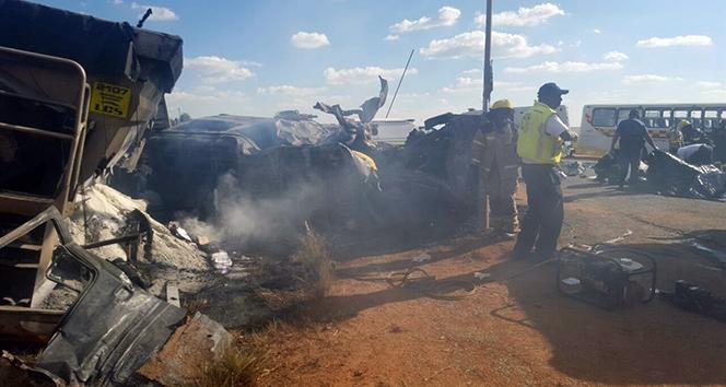 Güney Afrikada feci kaza: 20 öğrenci ölü