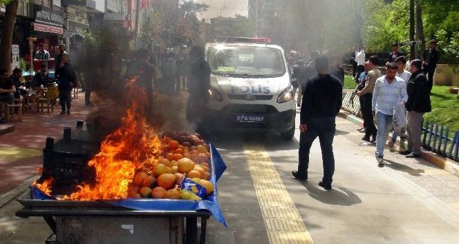 Zabıtaya sinirlenen seyyar satıcı tablasını ateşe verdi