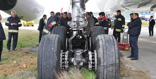 Uçak, toprak zemine saplandı