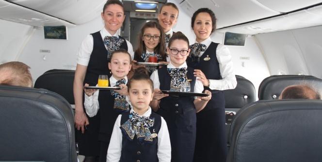 Anneleri ile aynı uçakta hosteslik yaptılar