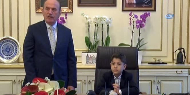 Kadir Topbaş koltuğunu Küçük Başkan Yusuf Safa'ya devretti