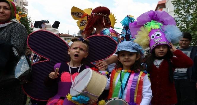 Kostümlü veliler çocuklarıyla 23 Nisan yürüyüşü yaptı
