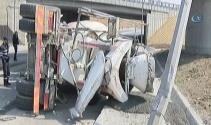 Başakşehirde virajı alamayan beton mikseri yola devrildi