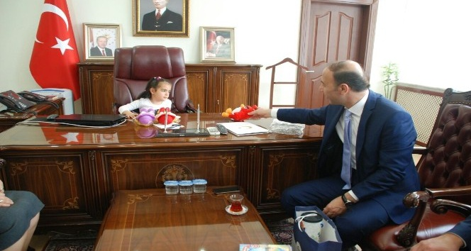 Vali Abdullah Erinin koltuğuna Aylin Ayaz oturdu