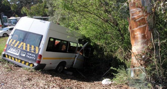 Adanada trafik kazası: 1i ağır 13 öğrenci yaralı