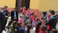 Kaymakam Özderin köy çocuklarını sevindirdi