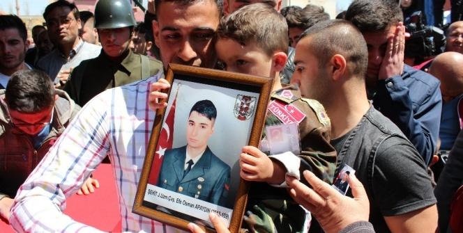 Şehit babalarını asker üniformasıyla uğurladılar