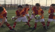 Ağrıda Galatasaray Futbol Okulu minikleri sevindirdi