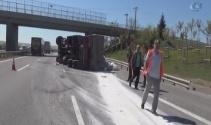 Un yüklü kamyon otobanda devrildi