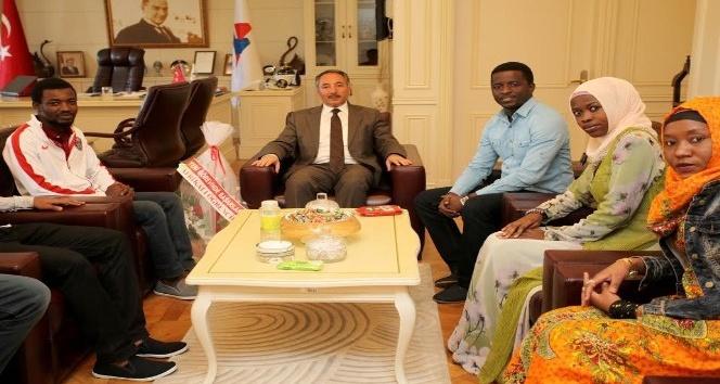 Afrikalı Öğrencilerden AİÇÜ Rektörü Karabuluta anlamlı ziyaret