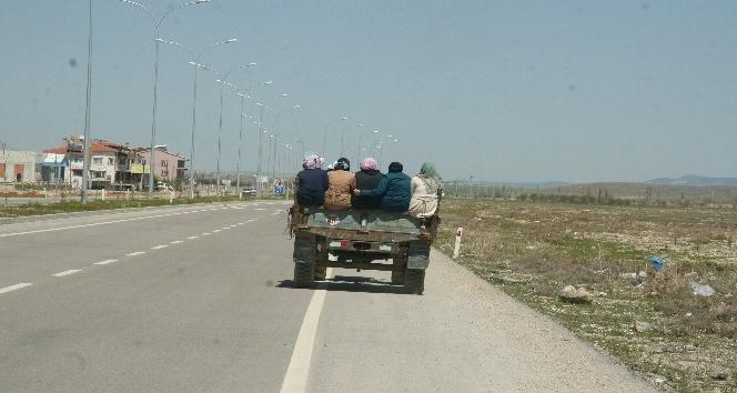 Kadınların römork kasasındaki tehlikeli yolcuğu fotoğraflara yansıdı