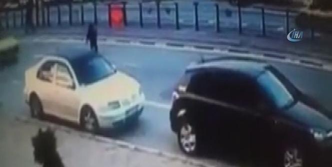 Otomobilin çarptığı çocuk ölümden döndü
