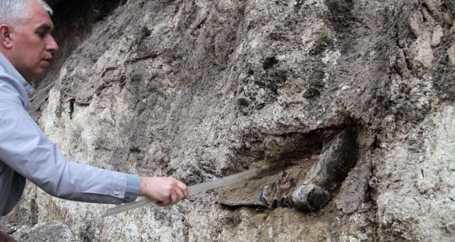 Rus Generalin tabutunun bulunduğu alanda askeri bot ve elbiseleri ile gömülü iskeletlere rastlandı