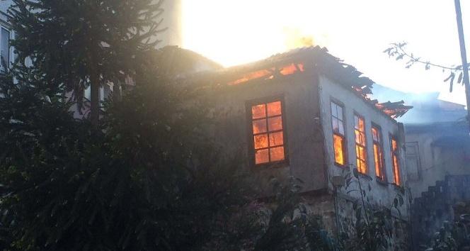 Eski milletvekilinin baba evinde yangın çıktı