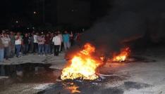 Mahalleli yolu kapatıp lastik yaktı