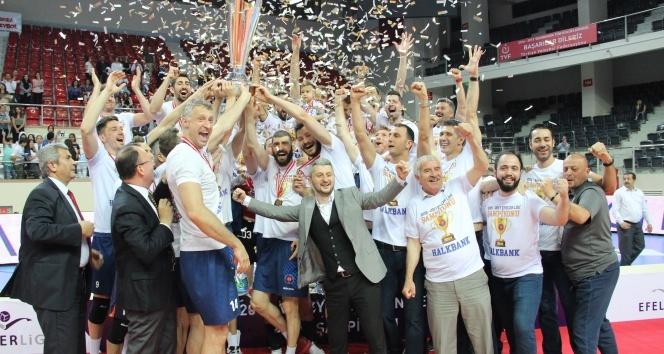 Voleybol Efeler Liginde Şampiyon Halkbank| Maç sonucu: Arkasspor: 2 - Halkbank: 3
