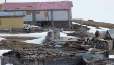 Fırtınadan zarar gören evler, yaylacıları kara kara düşündürüyor