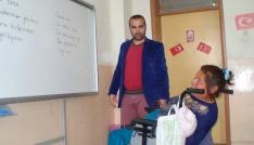 Engelli kadın ilkokul öğrencileriyle okumayı öğrendi