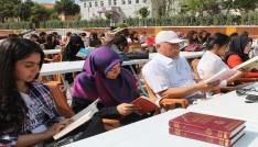 Öğrenciler meydanda kitap okudu