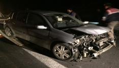 Tıra çarpan araçtaki 4 kişilik aile yaralı kurtuldu