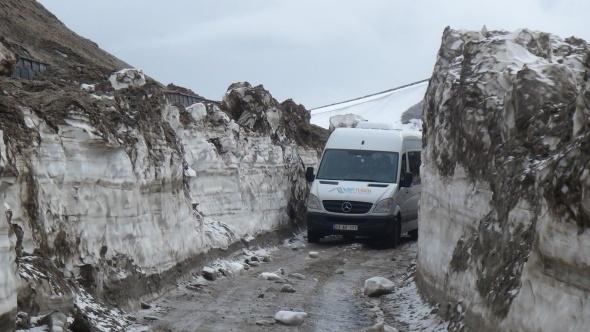 Bitlis'te kar kalınlığı 4 metreyi buluyor