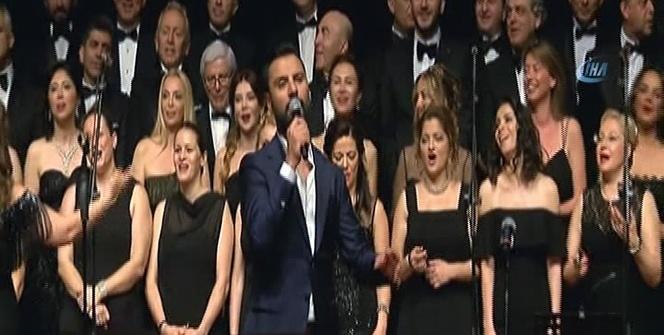 Alişan ve Özgün down sendromlular özel konserinde söyledi