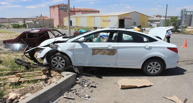 Karamanda 2 otomobil çarpıştı: 3 yaralı