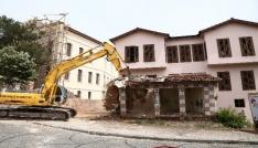Ucube bina İzmir Marşı ile yıkıldı