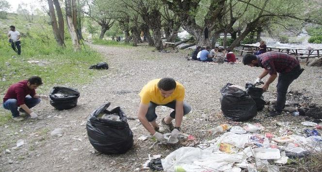 Munzur Gözelerinden 10 torba çöp topladılar
