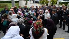 Evlerinden çıkmaları istenen köylüler valilikte toplandı