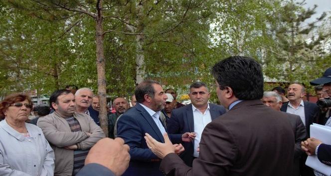 Ağaç sökümüne tepki gösteren CHPliler oturma eylemi başlattı