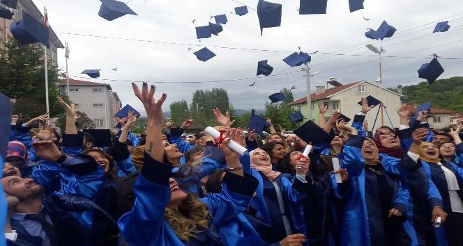 Pazarlar Meslek Yüksekokulunda mezuniyet coşkusu
