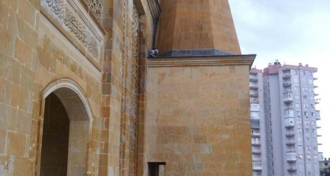 Cami hırsızı kaidede mahsur kaldı