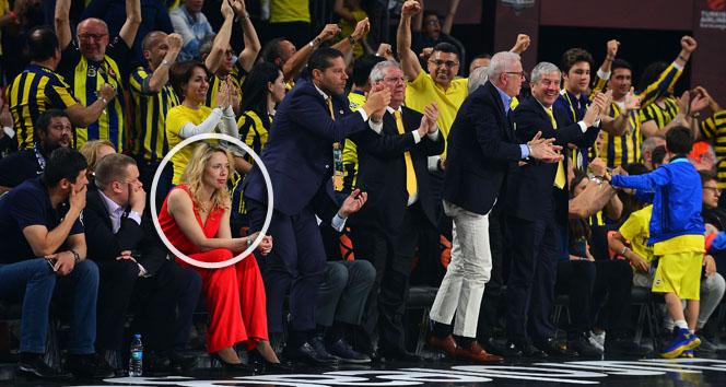 Aziz Yıldırımın yanına oturan kırmızılı kadın bakın kim çıktı?